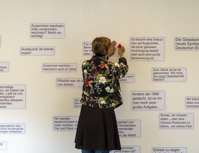 Gunhild Kreuzer beim anbringen eines Statements